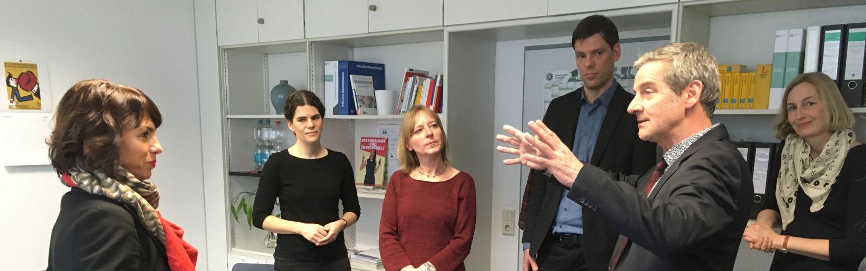 UVB-Geschäftsführer Eberhard Tomsche begrüßt Ministerin Susanna Karawanskij