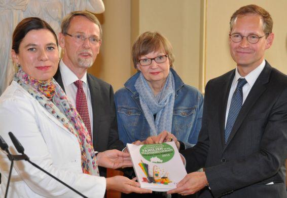 Der Vorsitzende des Berliner Beirates für Familienfragen, Thomas Härtel, überreicht dem Regierenden Bürgermeister Michael Müller sowie Bildungssenatorin Sandra Scheres den Familienbericht 2015